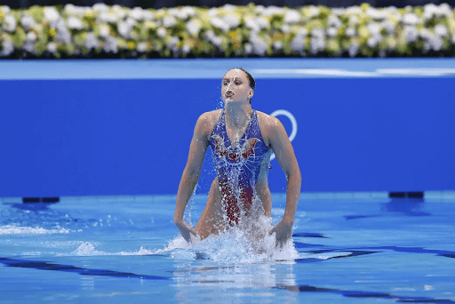 synchronized-swimming-skills-funny-girl-going-up-in-water